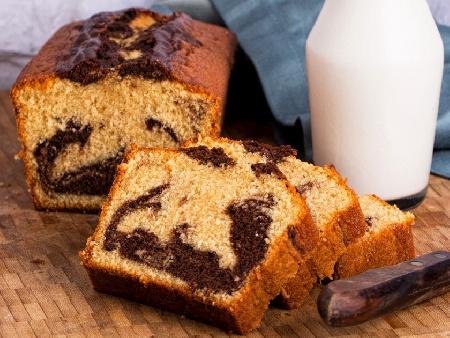 Шарен (двуцветен) пандишпанов кекс / сладкиш със захарен сироп, какао, кафе и глазура (заливка) от шоколад и масло - снимка на рецептата